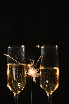 Gafas de vista frontal con champagne en la fiesta