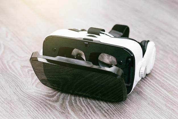Gafas vr o casco de auriculares de realidad virtual sobre superficie de madera