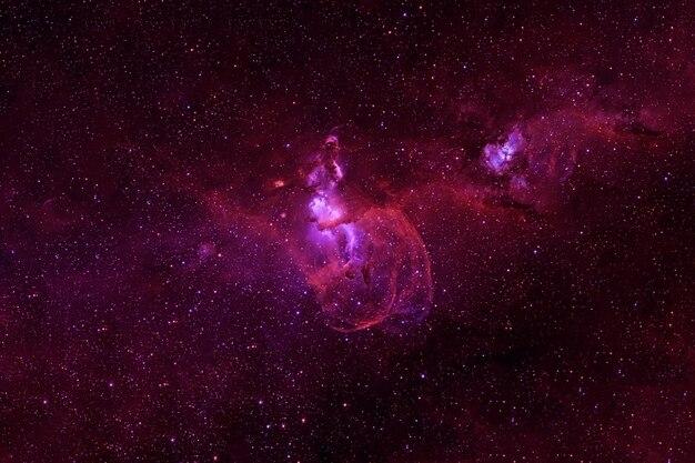 Galaxia roja con estrellas y nebulosas. los elementos de esta imagen proporcionada por la nasa fueron. foto de alta calidad