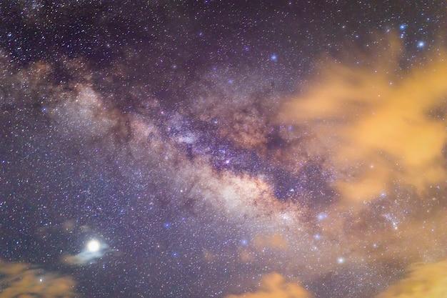 Galaxia de la vía láctea con estrellas y polvo espacial en el universo.