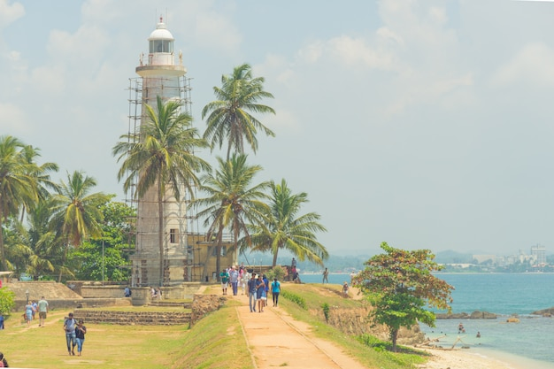 Gale, sri lanka. turistas en el territorio de la fortaleza en la orilla del océano.