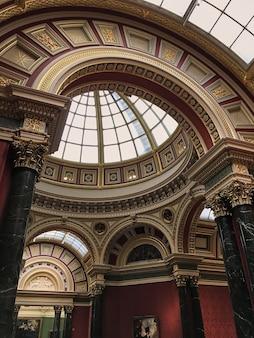 La galería nacional ubicada en trafalgar square.
