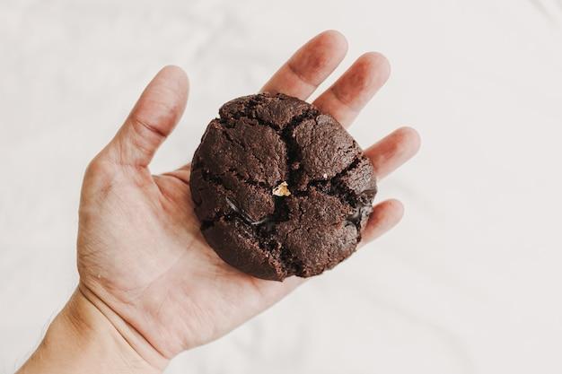Galleta de chocolate suave masticable grande casera con pan de oro
