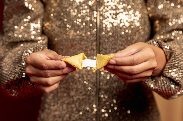 Galleta de la fortuna con mensaje para el año nuevo chino