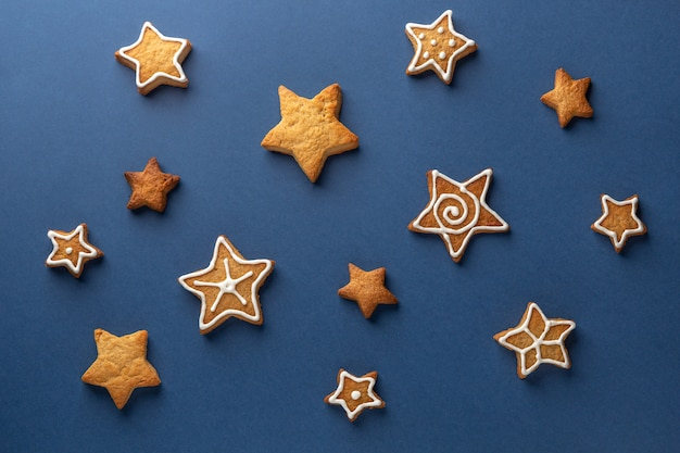 Galleta de jengibre estrellas sobre un fondo azul.