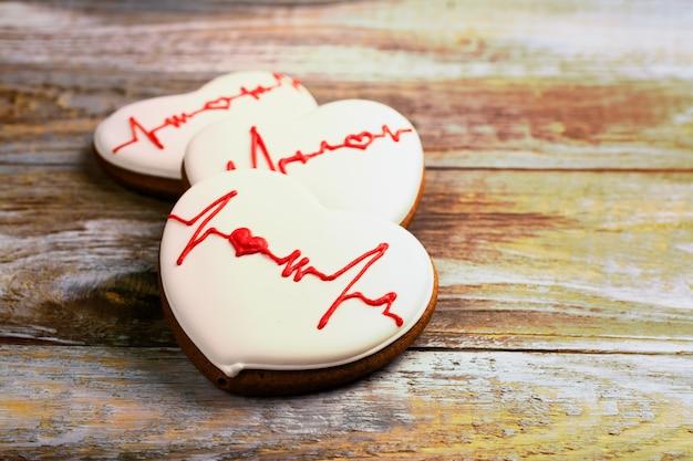 Galleta de jengibre en forma de corazón sobre madera