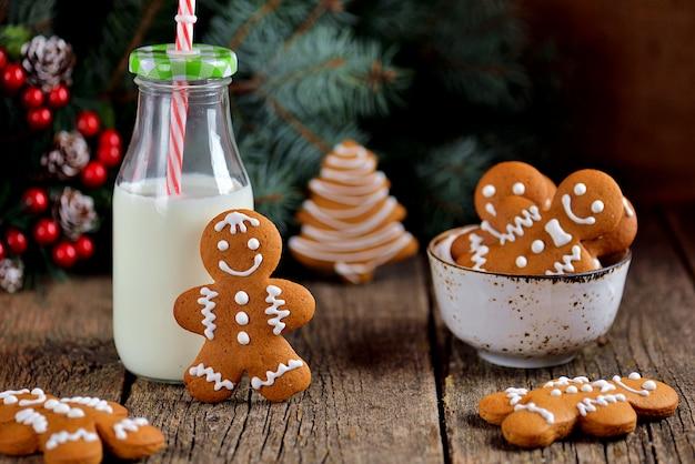 Galleta de jengibre de navidad con una botella de leche
