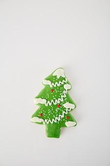 Galleta de pino en blanco sobre fondo blanco, navidad