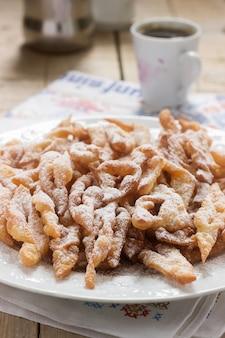Galletas de alas de ángel, un plato dulce tradicional europeo para el carnaval. estilo rústico
