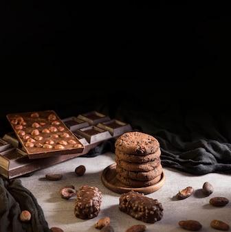 Galletas de alto ángulo y dulces de chocolate