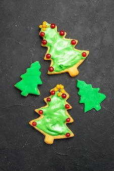 Galletas de árbol de navidad de vista superior en superficie oscura aislada año nuevo