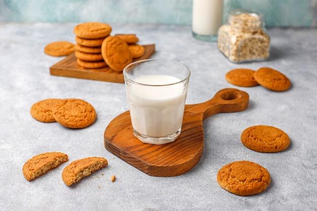 Galletas de avena caseras con una taza de leche.
