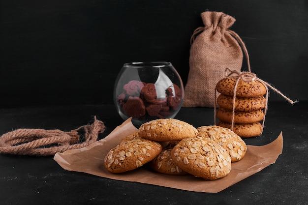 Galletas de avena con galletas de cacao en superficie rústica.