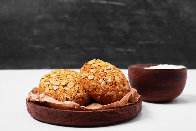 Galletas de avena con harina en blanco.