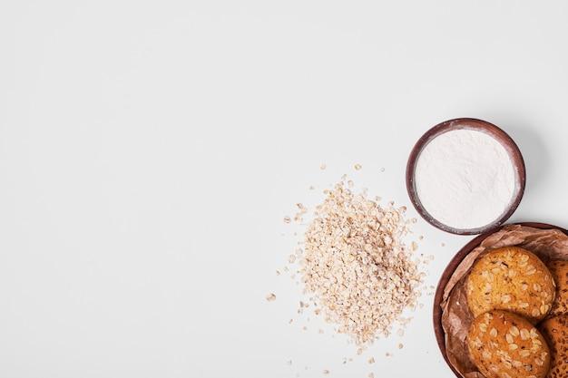 Galletas de avena con ingredientes en blanco.