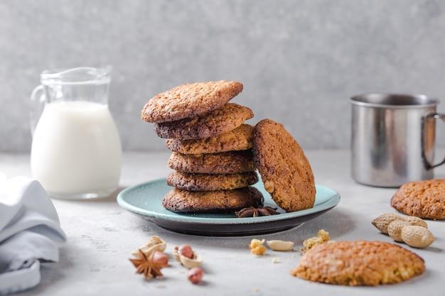 Galletas de avena orgánicas caseras con maní y tarro de leche