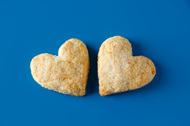 Galletas de azúcar en forma de corazón en un azul