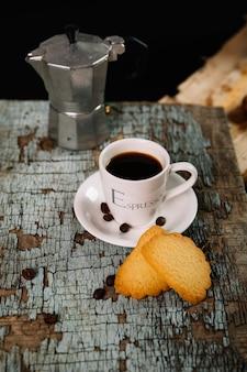 Galletas y café en la mesa desmoronada