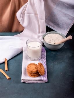Galletas de canela con taza de leche y harina.