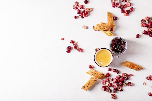 Galletas cantucci y café