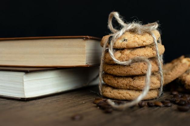 Galletas caseras con chispas de chocolate, libro y granos de café.