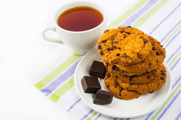 Galletas caseras, chocolate y taza de té.