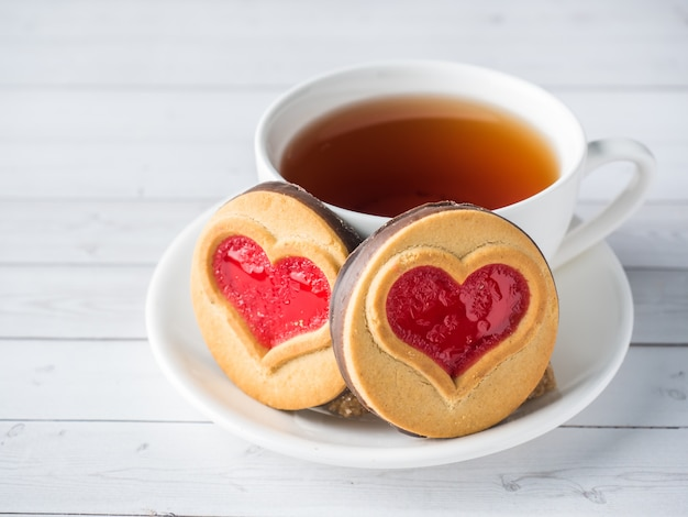 Galletas caseras con un corazón rojo de mermelada de san valentín