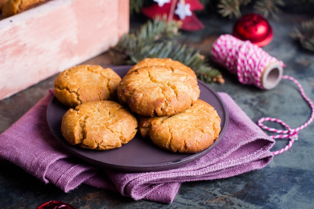Galletas caseras de dulce miel de navidad o año nuevo con decoración navideña
