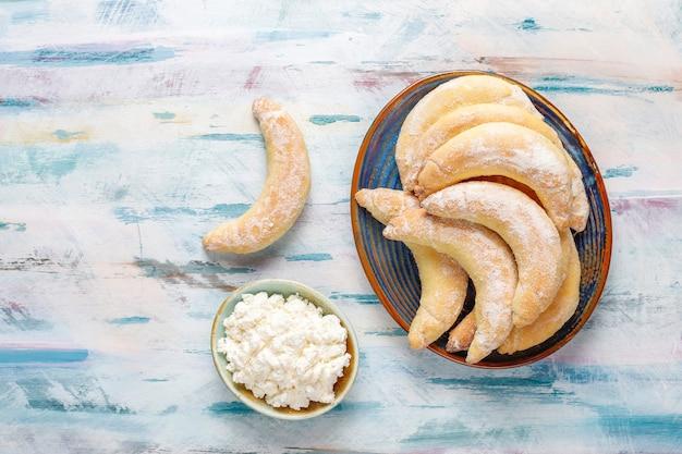 Galletas caseras en forma de plátano con relleno de requesón.