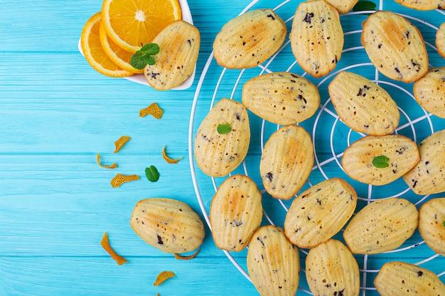Galletas caseras. galletas francesas madeleines con jugo de naranja y chispas de chocolate.