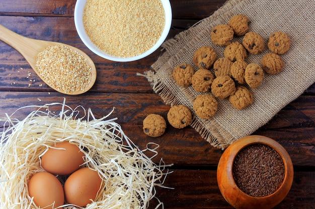Galletas caseras sin gluten y sin lactosa en rústica mesa de madera con ingredientes