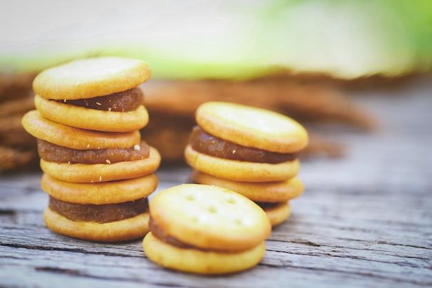 Galletas caseras con mermelada de piña - galletas de galletas en madera para una galleta de bocadillos
