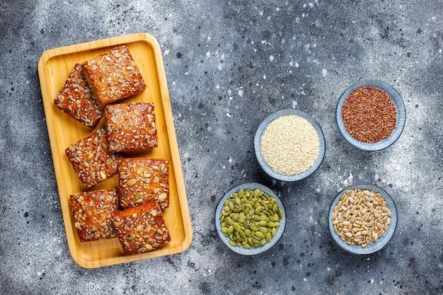Galletas caseras de pan crujiente con semillas de sésamo, avena, calabaza y girasol. merienda saludable, galletas de semillas