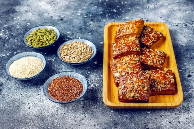 Galletas caseras de pan crujiente con semillas de sésamo, avena, calabaza y girasol