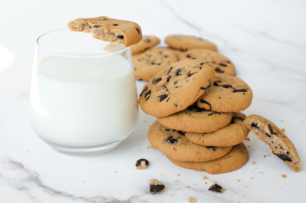 Galletas de cereal y vaso de leche de coco sobre fondo de mármol