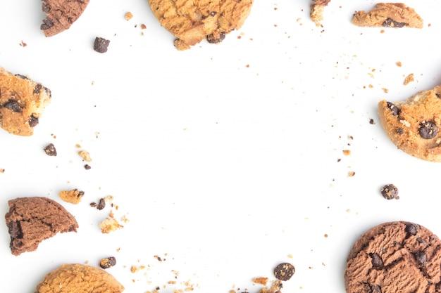 Galletas de chispas de chocolate caseras sobre fondo blanco en la vista superior