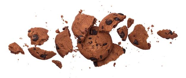 Galletas de chispas de chocolate rotas aisladas sobre fondo blanco.