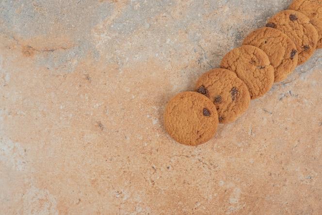 galletas de chispas de chocolate sobre fondo de mármol.
