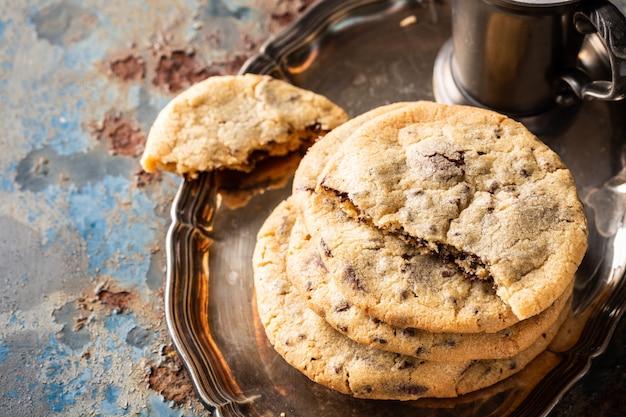 Galletas de chispas de chocolate en la vieja mesa azul oxidada. cocina americana. copia espacio