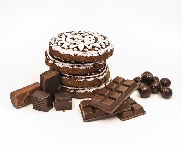 Galletas de chocolate; bola y barra en el fondo blanco
