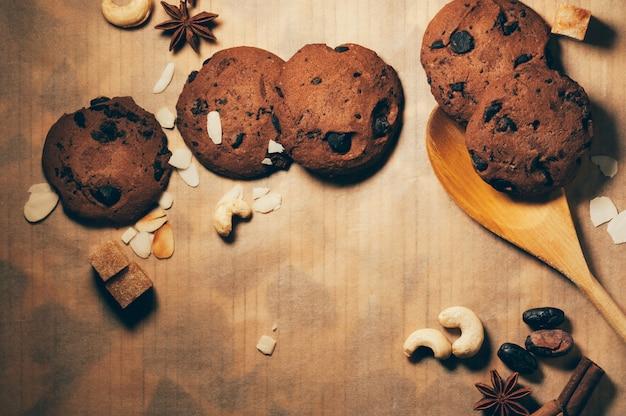 Galletas de chocolate crujientes redondas con especias y nueces sobre una mesa