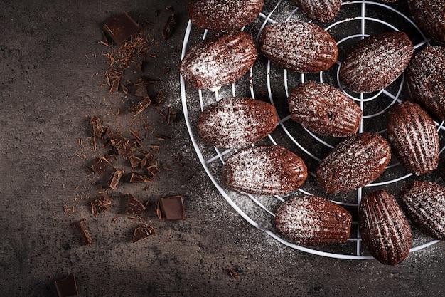 Galletas de chocolate en mesa negra