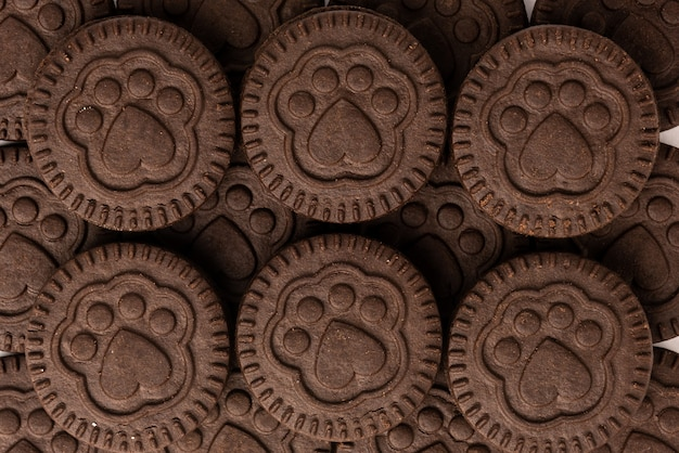 Galletas de chocolate con relleno de leche aislado en blanco