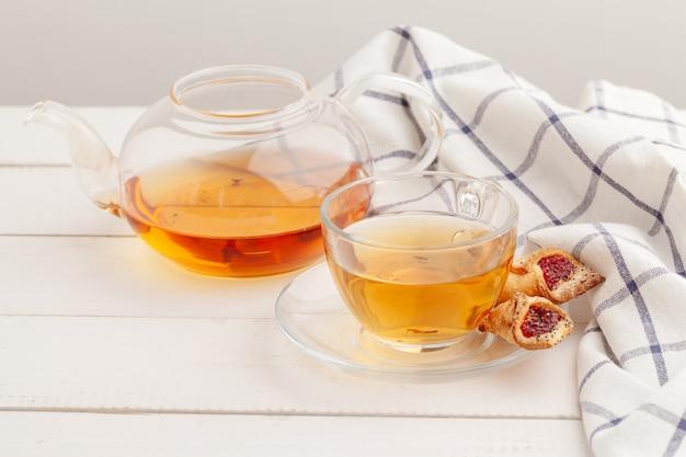 Galletas crujientes caseras y té en una mesa de madera
