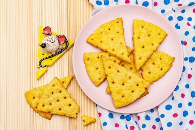 Galletas divertidas para niños. galletas de queso festivo, concepto de merienda de año nuevo. comida, escultura de ratón, servilleta.