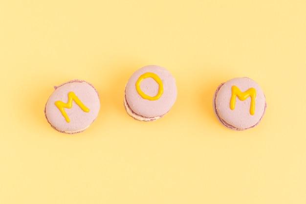 Galletas dulces de color rosa con el título de mamá
