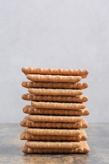 Galletas dulces sabrosas sobre fondo de mármol. foto de alta calidad