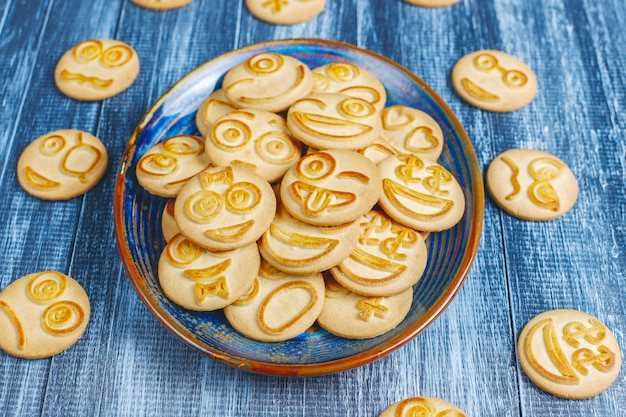 Galletas de emociones diferentes divertidas, galletas sonrientes y tristes