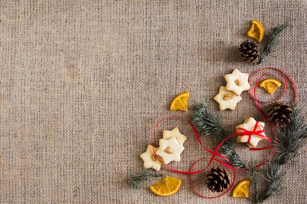 Galletas estrella con ramas y naranja.