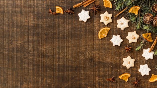 Galletas estrella con ramas verdes y naranja.